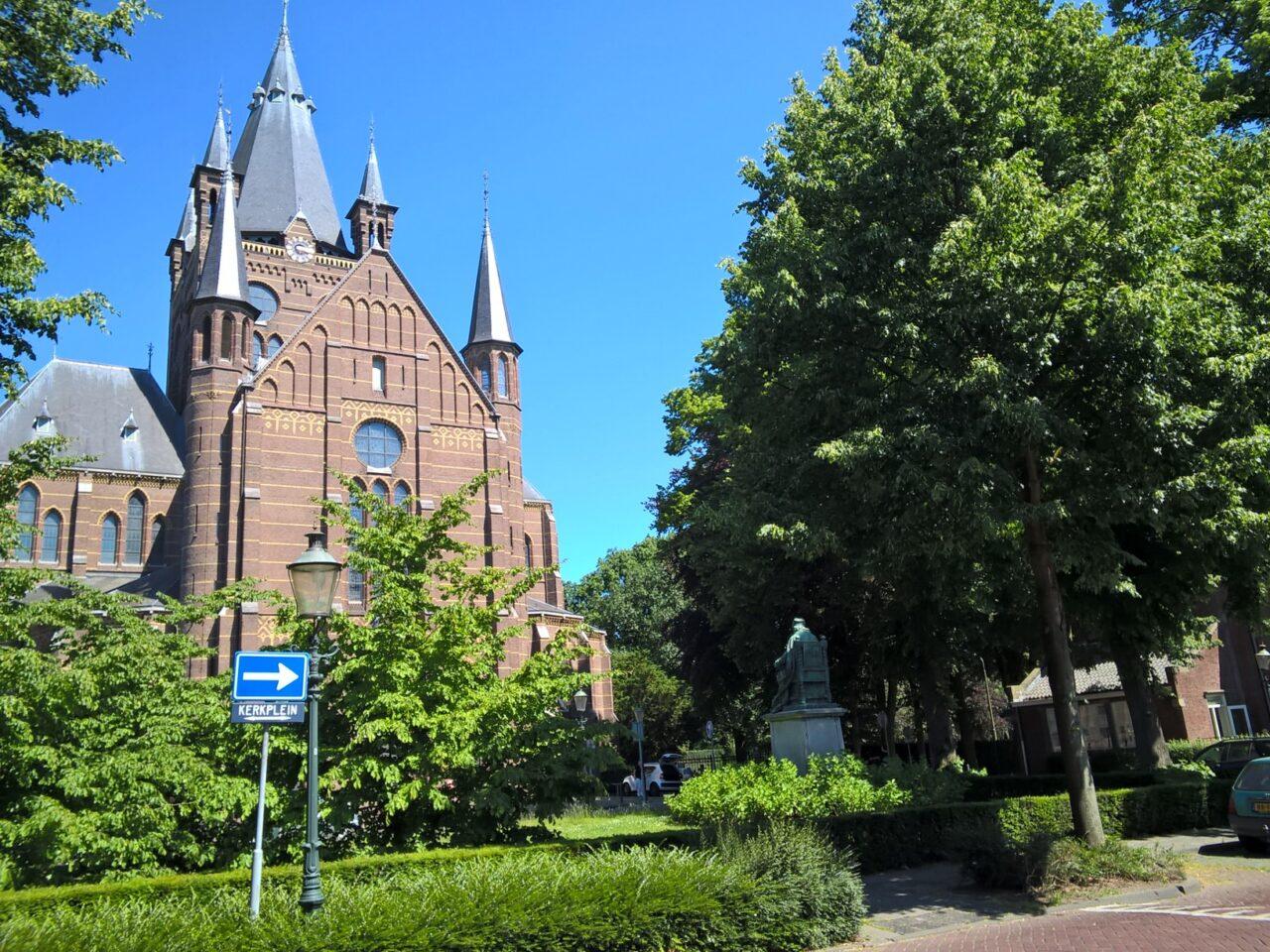Sluip- en vrachtverkeer en scholieren op het Kerkplein